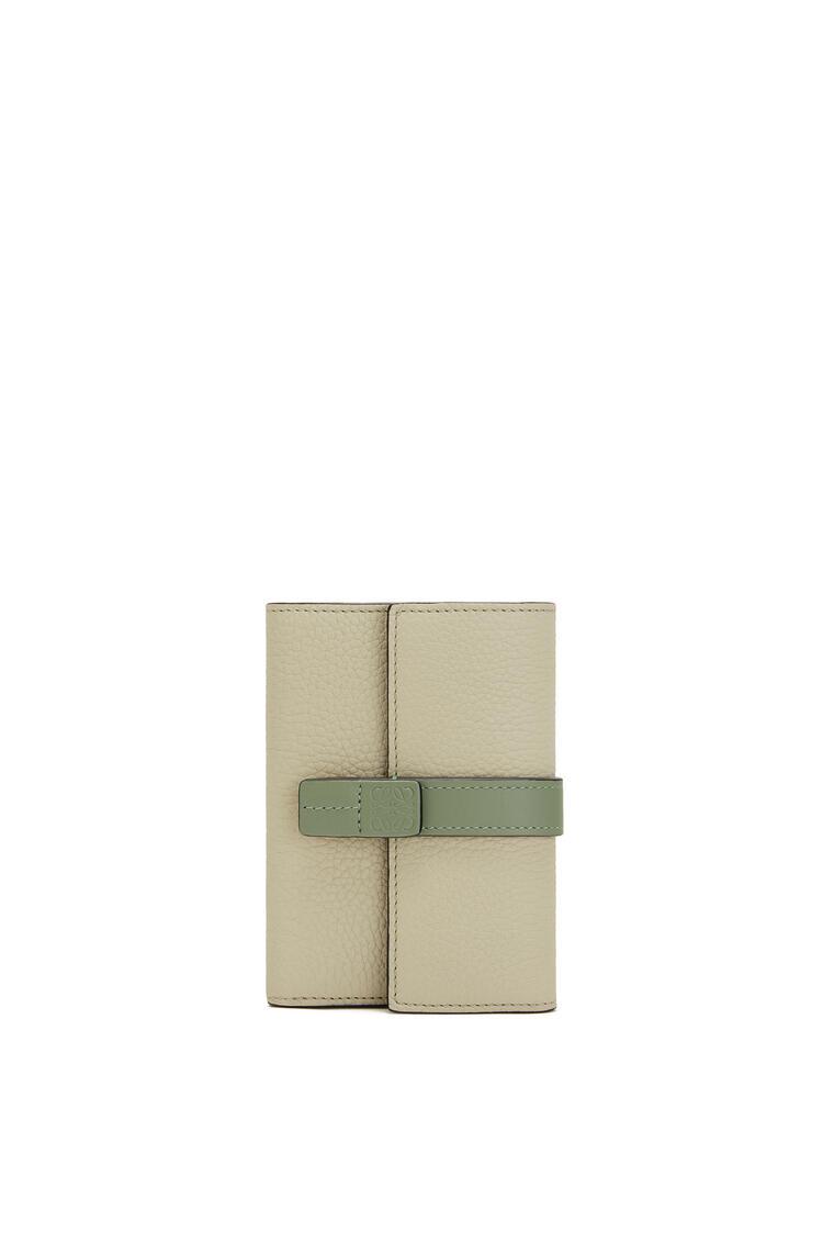 LOEWE 小号柔软粒面小牛皮垂直钱包 Sage/Pale Green pdp_rd