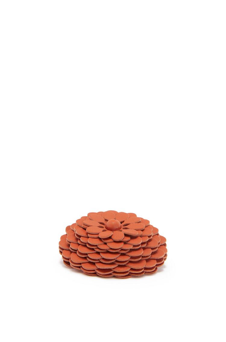 LOEWE Flor en piel de ternera con tachuelas Coral pdp_rd