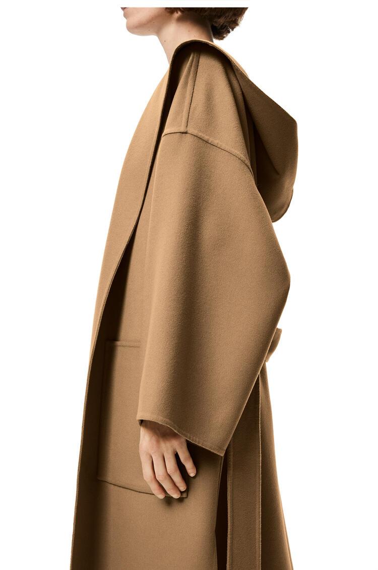 LOEWE Abrigo en lana y cachemira con capucha y cinturón Camel pdp_rd