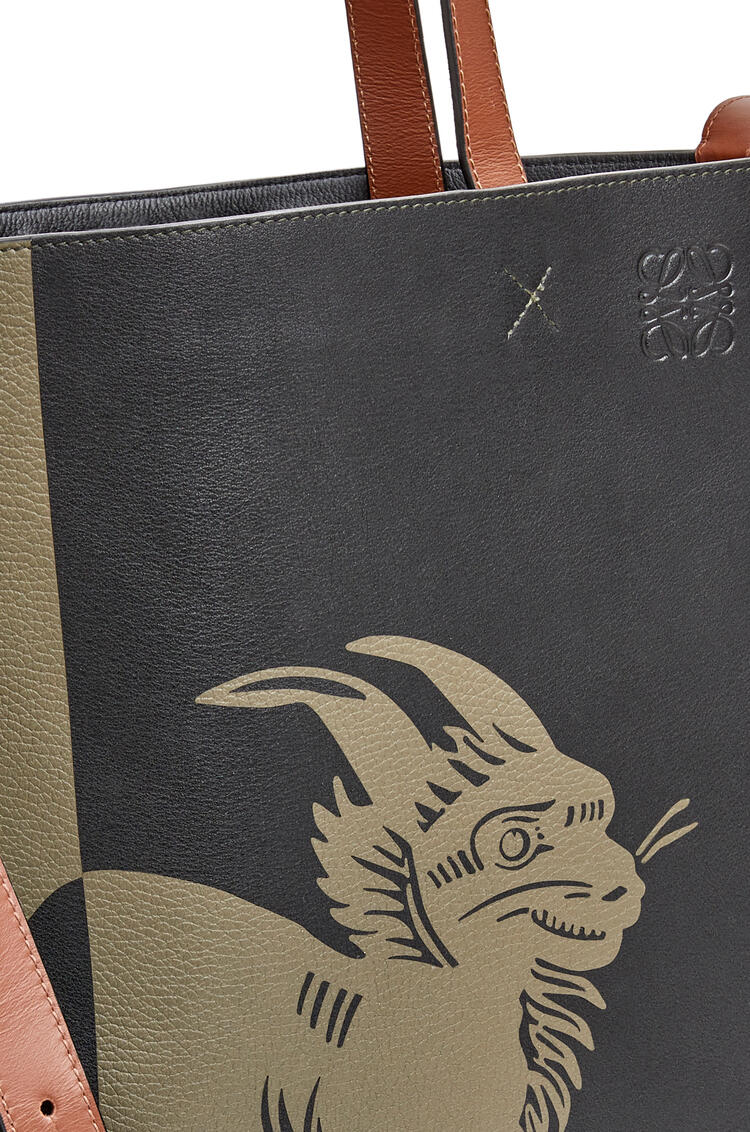 LOEWE Bolso Vertical Tote Herald en piel de ternera Verde Kaki/Negro pdp_rd