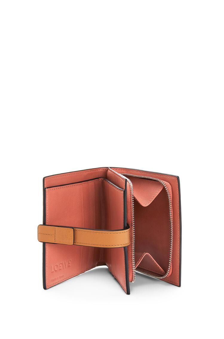 LOEWE Cartera compacta en piel de ternera suave con grano suave Avena Claro/Miel pdp_rd