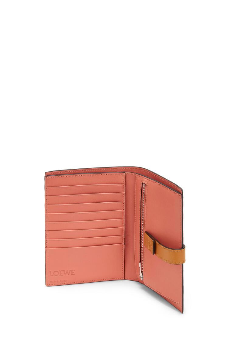 LOEWE Cartera vertical mediana en piel de ternera con grano suave Avena Claro/Miel pdp_rd