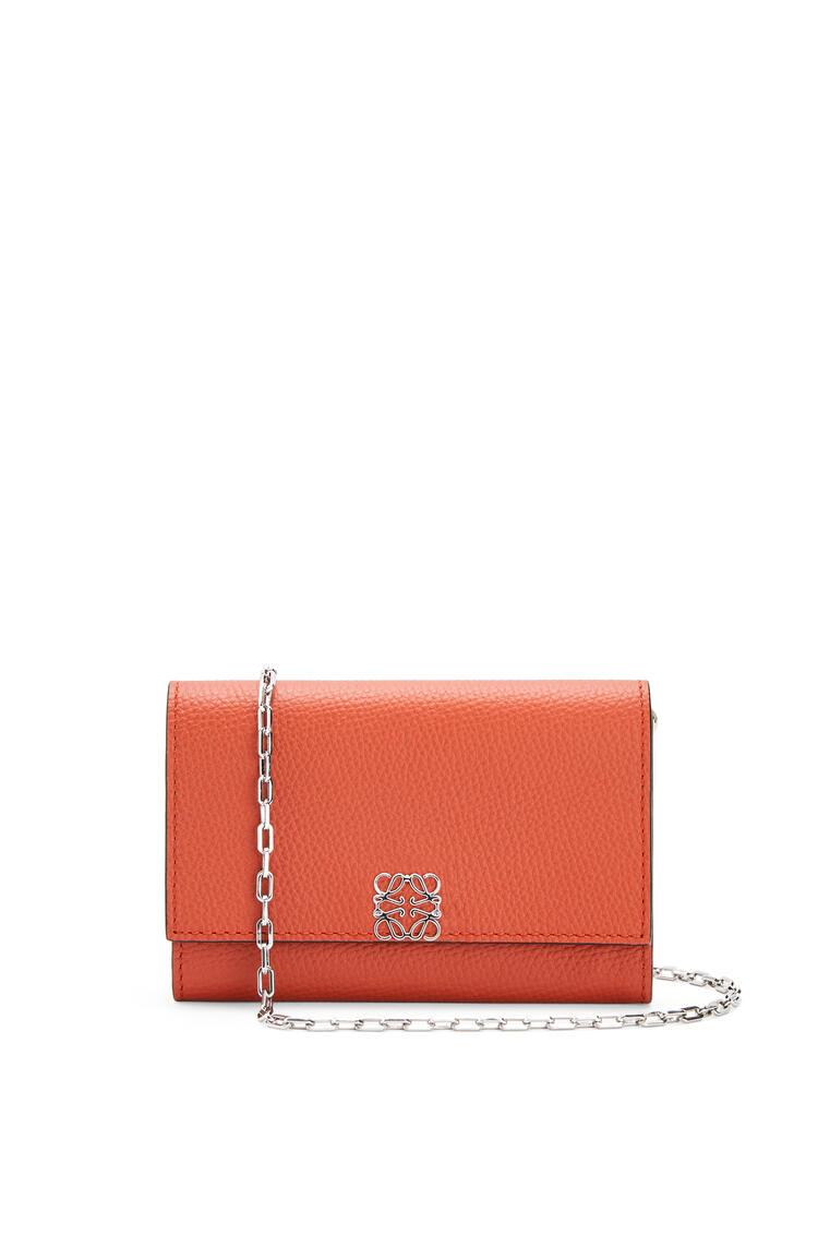 LOEWE Anagram wallet on chain in pebble grain calfskin Pumpkin pdp_rd