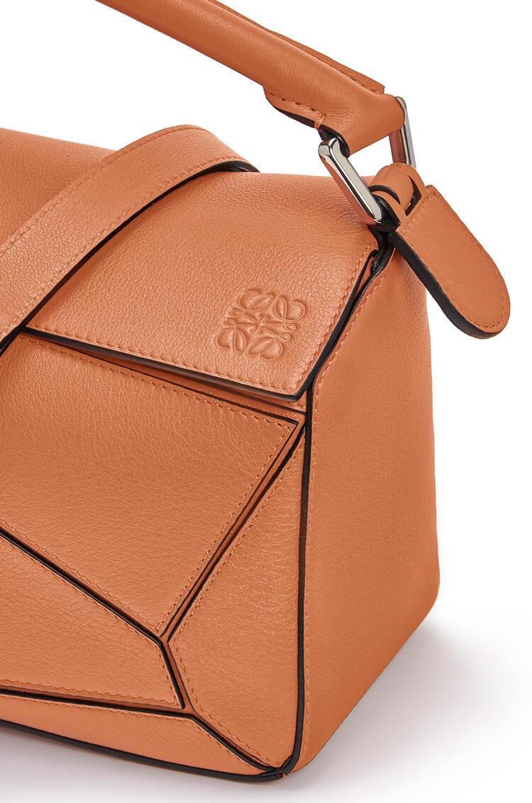 LOEWE Bolso Puzzle pequeño en piel de ternera clásica Bronceado pdp_rd
