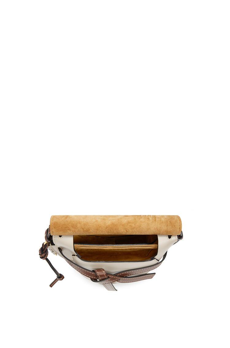 LOEWE Minibolso Gate pequeño en  piel de ternera suave Marino/Avena Claro pdp_rd