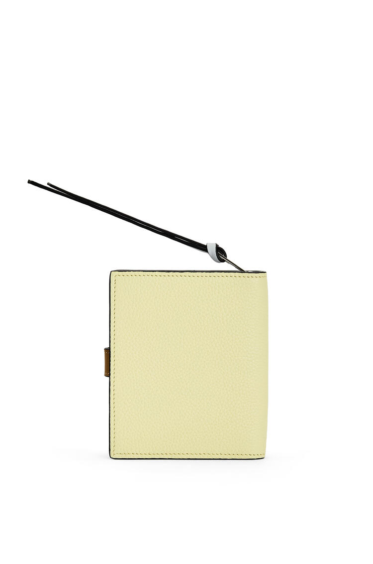 LOEWE Cartera compacta en piel de ternera suave con grano suave Lima Palido/Verde Ocre pdp_rd