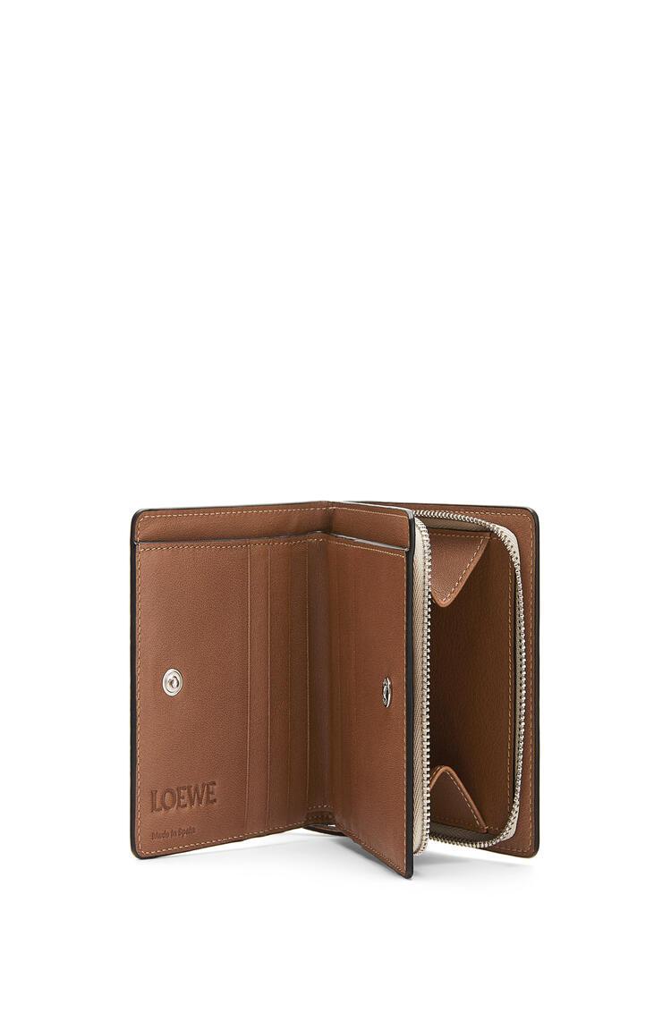 LOEWE Cartera compacta en piel de ternera clásica con cremallera Avena Suave/Bronceado pdp_rd