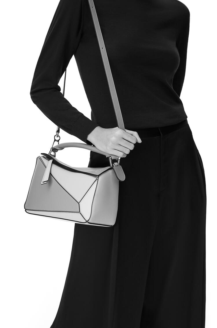 LOEWE Small Puzzle Bag In Classic Calfskin Blueberry/Kaolin pdp_rd