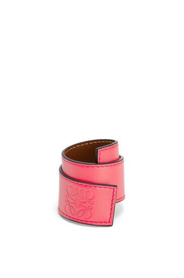 LOEWE Pulsera automática pequeña en piel de ternera Rosa Amapola pdp_rd