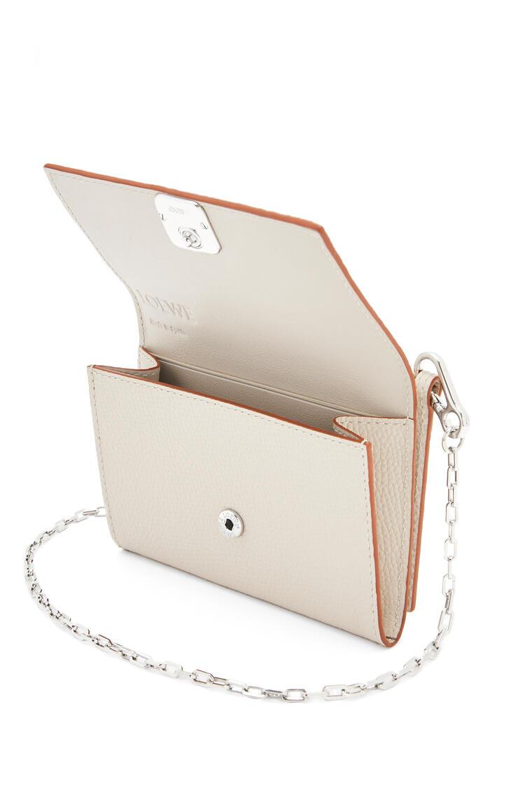 LOEWE Anagram wallet on chain in pebble grain calfskin Light Ghost pdp_rd