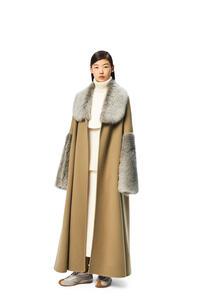 LOEWE Abrigo en lana y cachemira con cinturón y ribete de lana de oveja Camel pdp_rd