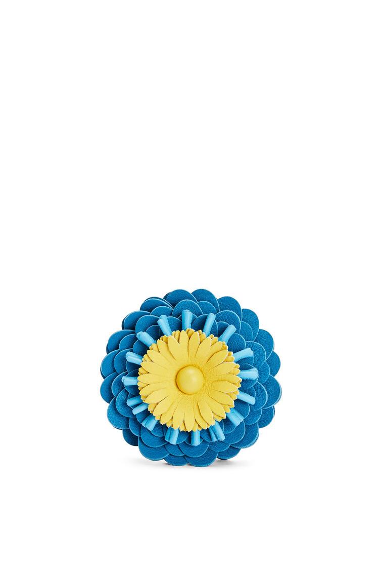 LOEWE Charm Flower en piel de ternera clásica con tachuelas Azul Caribe pdp_rd