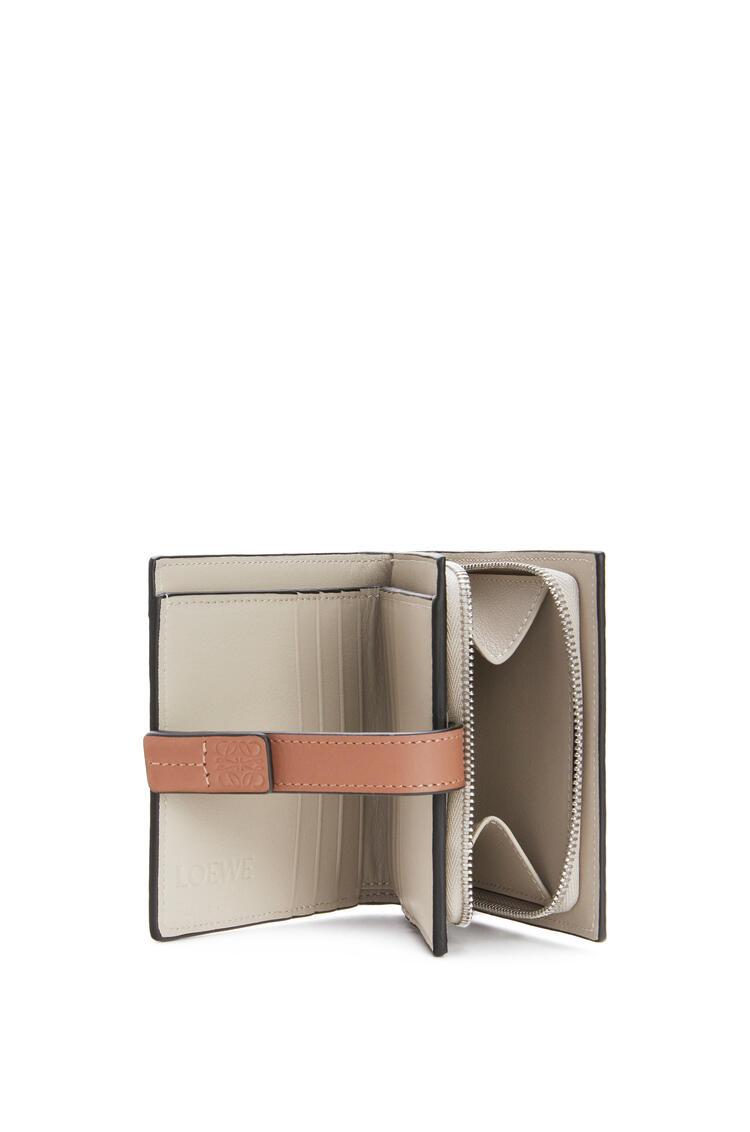 LOEWE Cartera compacta en piel de ternera suave con grano suave Romero/Bronceado pdp_rd