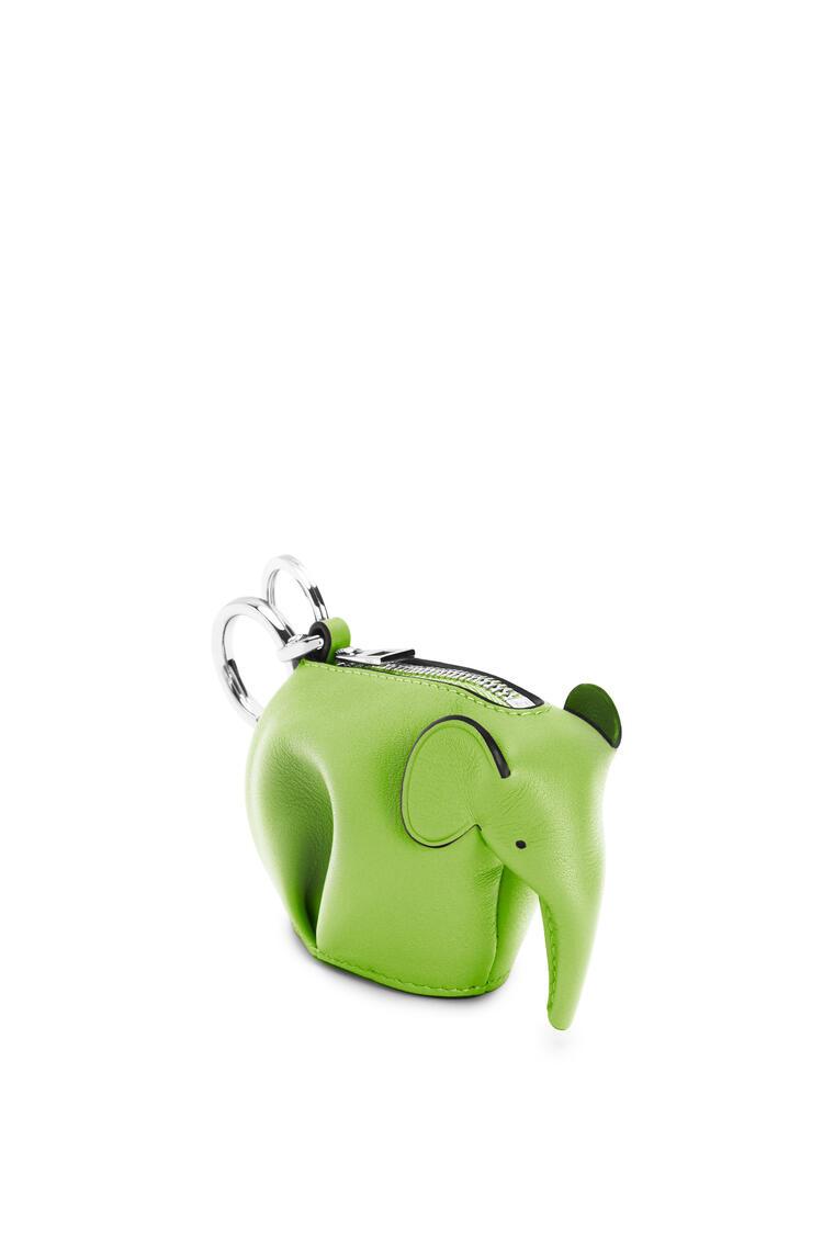 LOEWE Charm Elephant en piel de ternera clásica Verde Manzana pdp_rd