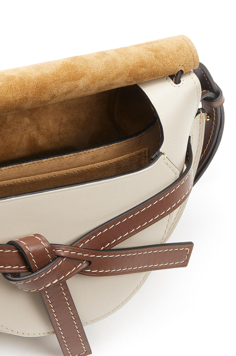 LOEWE Bolso Gate pequeño en  piel de ternera suave Marino/Avena Claro pdp_rd