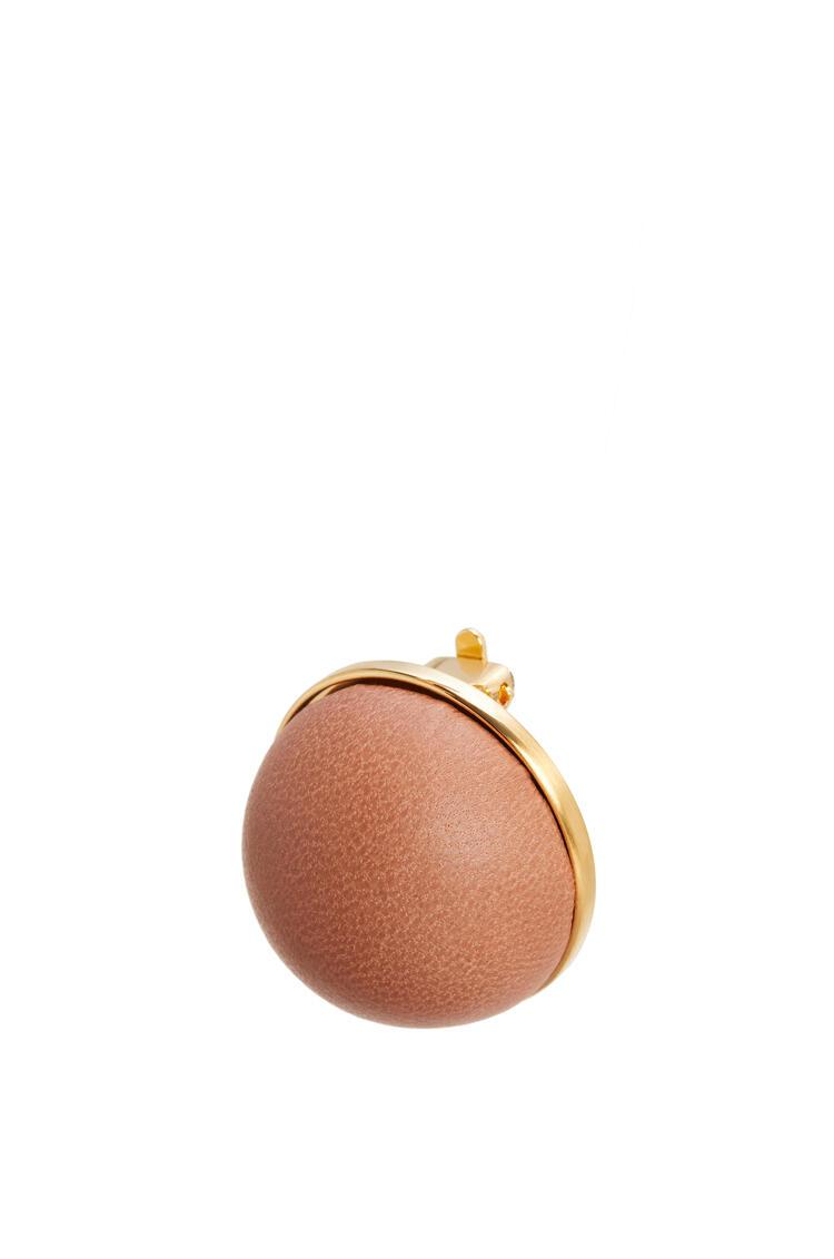 LOEWE Pendiente Globe en piel de cordero Bronceado pdp_rd