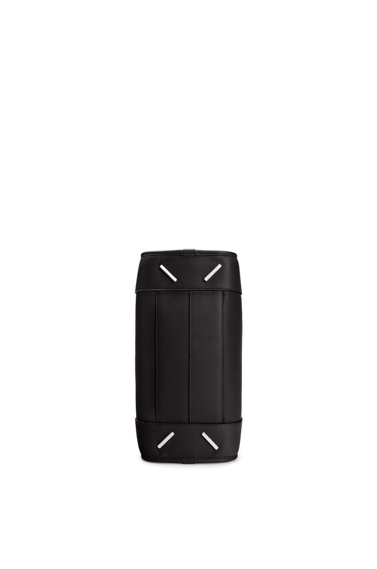 LOEWE Bolso Amazona 28 en piel de ternera clásica Negro/Paladio pdp_rd
