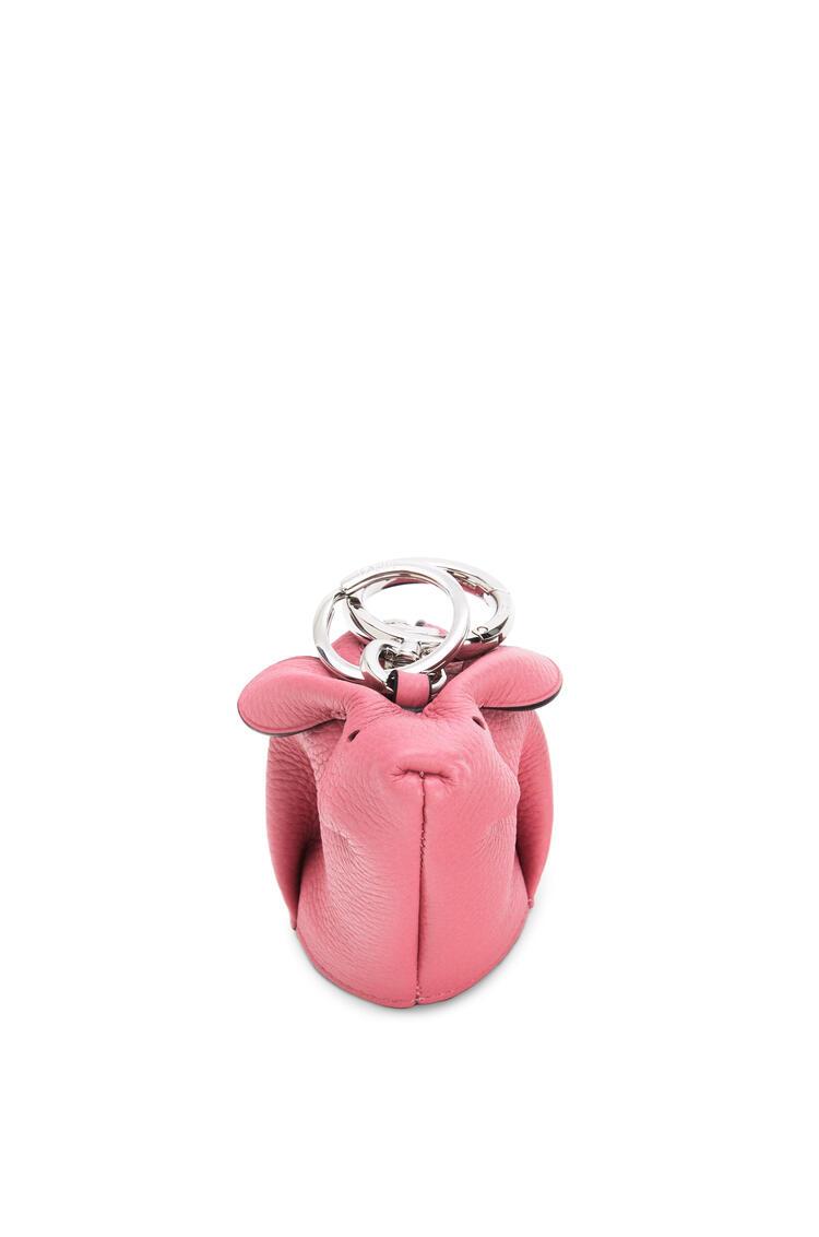 LOEWE Charm Bunny en piel de ternera graneada y lana de oveja New Candy pdp_rd