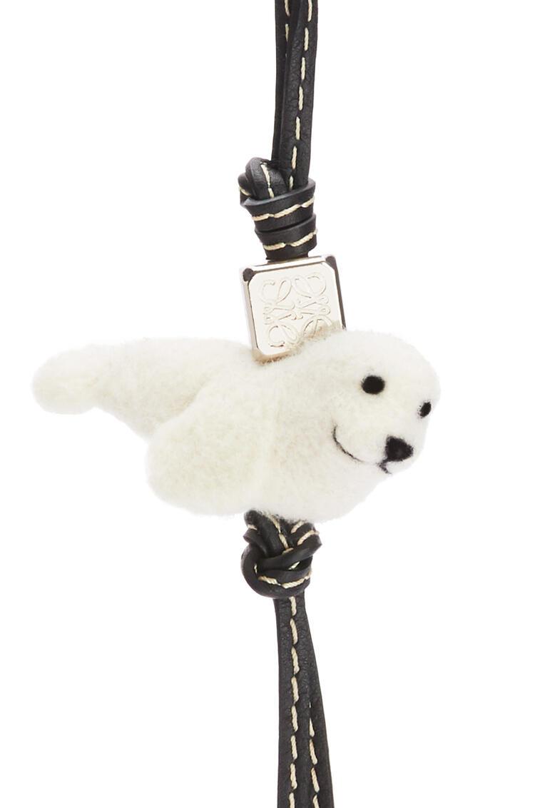LOEWE Charm Seal en fieltro y piel de ternera Natural/Negro pdp_rd