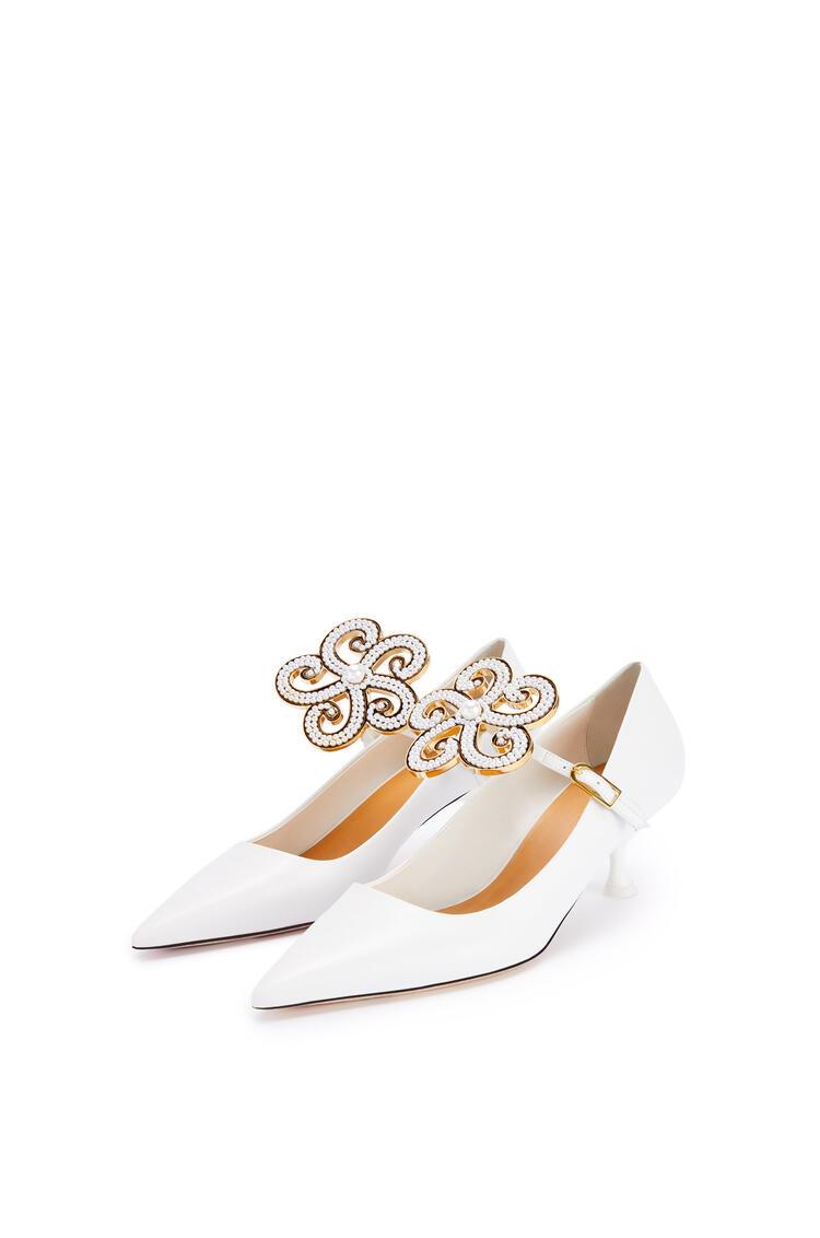 LOEWE Zapato de salón 50 en piel de ternera con flor Blanco pdp_rd