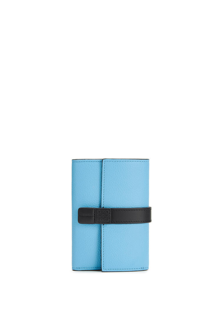 LOEWE Cartera vertical pequeña en piel de ternera con grano suave Azul Celeste/Negro pdp_rd