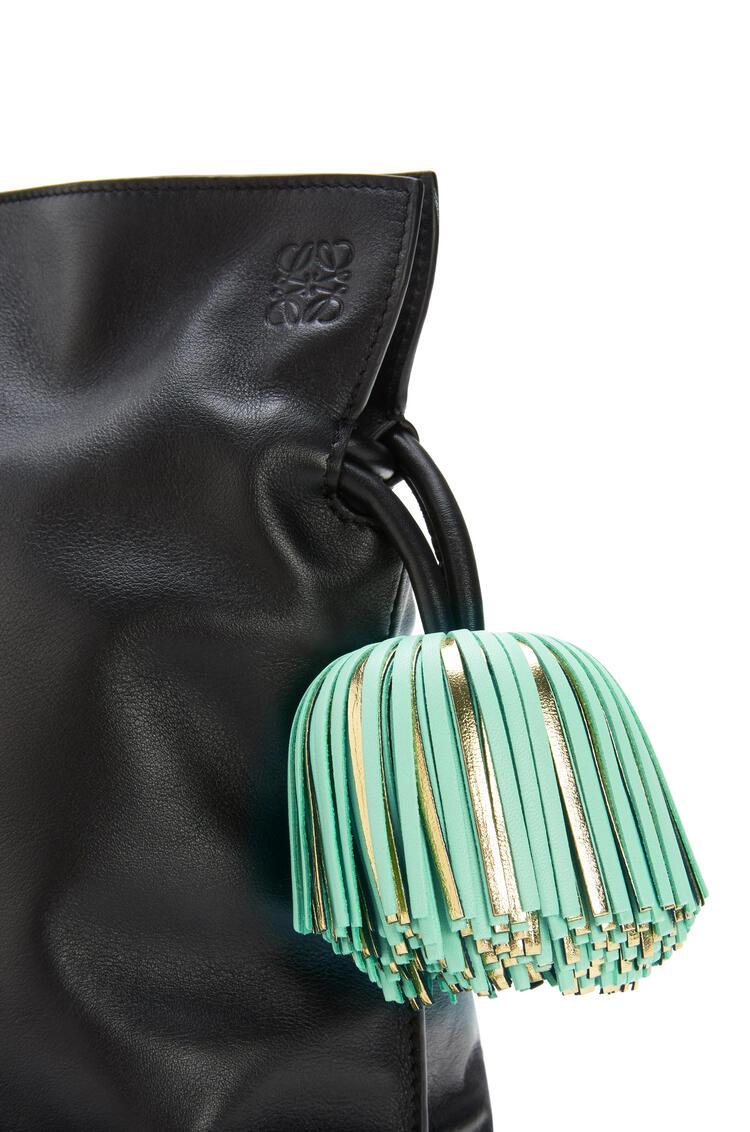 LOEWE Bolso Flamenco clutch con borlas en piel de ternera napa Negro/Verde Agua pdp_rd