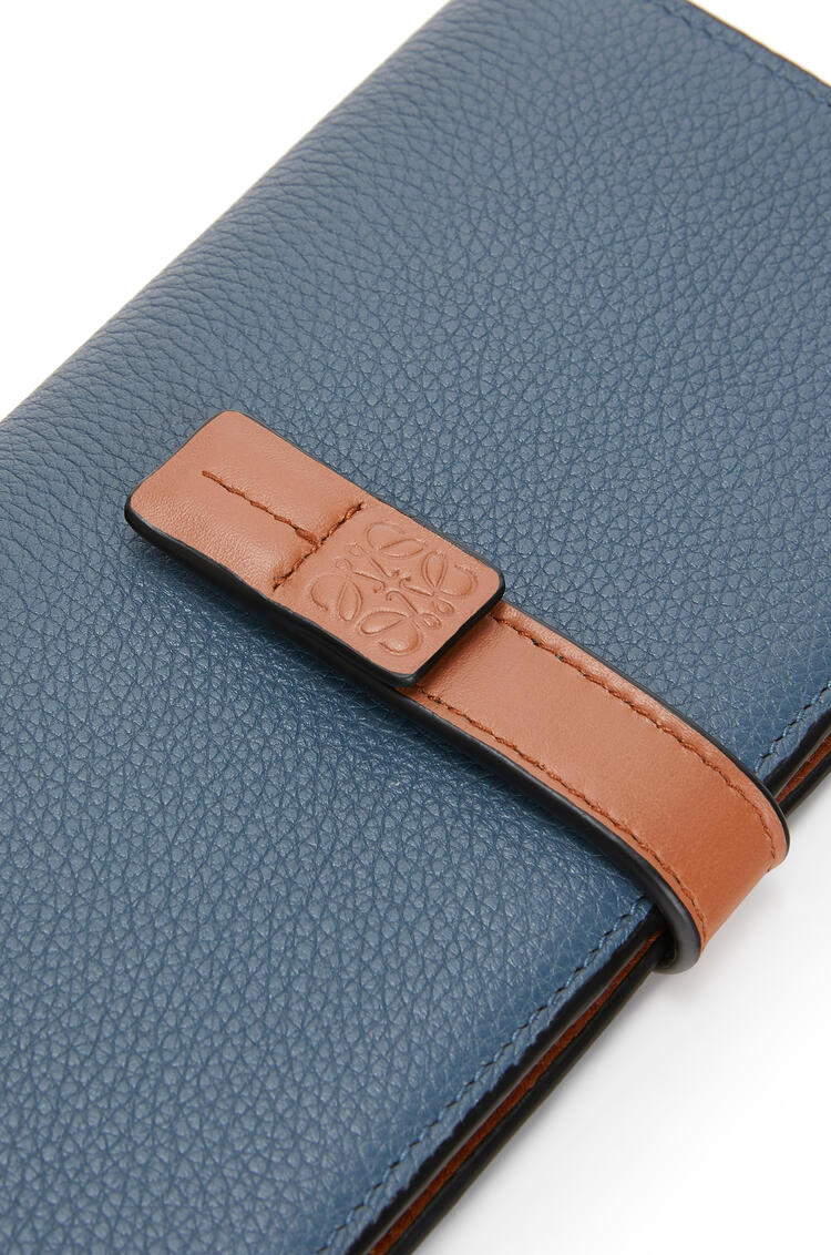 LOEWE Cartera vertical grande en piel de ternera con grano suave Azul Acero/Bronceado pdp_rd