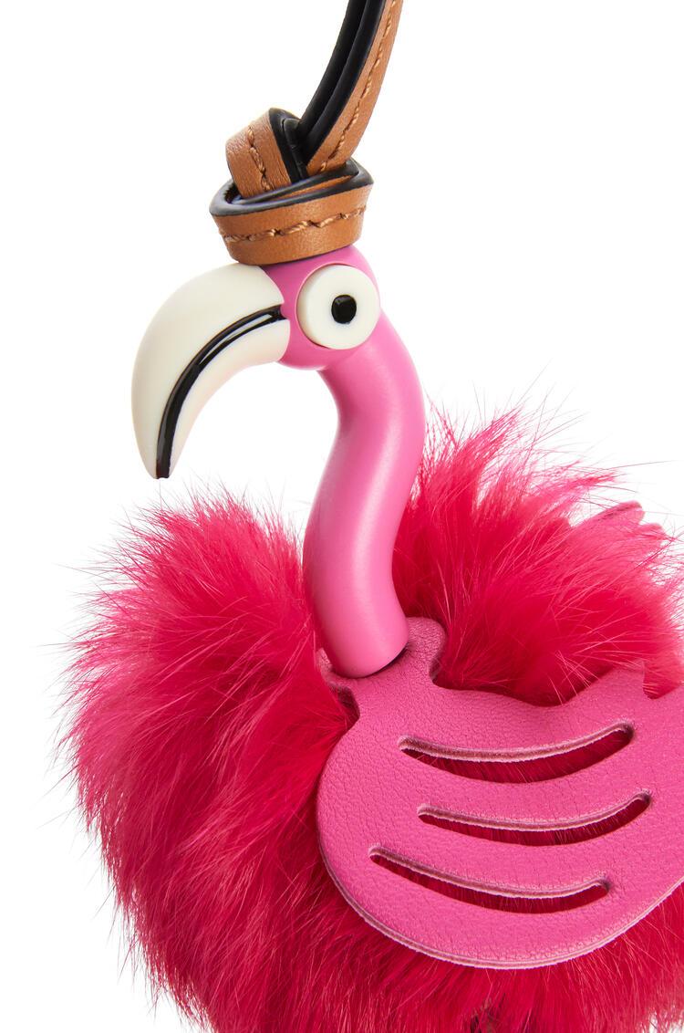 LOEWE Charm Flamingo en piel de ternera con plumas Rosa Brillante pdp_rd