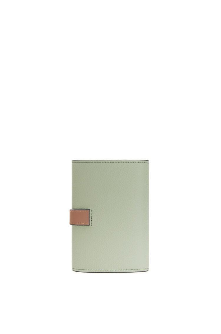 LOEWE Cartera vertical pequeña en piel de ternera con grano suave Romero/Bronceado pdp_rd