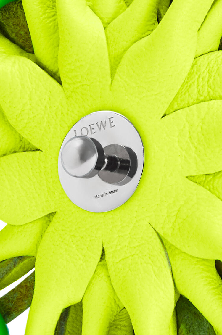 LOEWE Flor en piel de ternera clásica con tachuelas Amarillo Neon pdp_rd