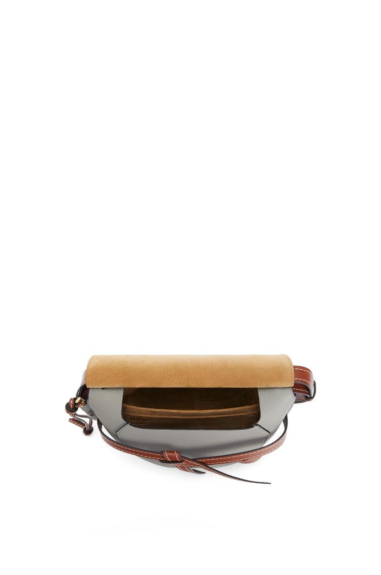 LOEWE Bolso Gate pequeño en  piel de ternera con grano suave Humo/Pecan pdp_rd