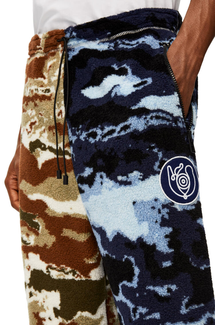 LOEWE Pantalón en tejido polar de camuflaje Azul/Marron pdp_rd