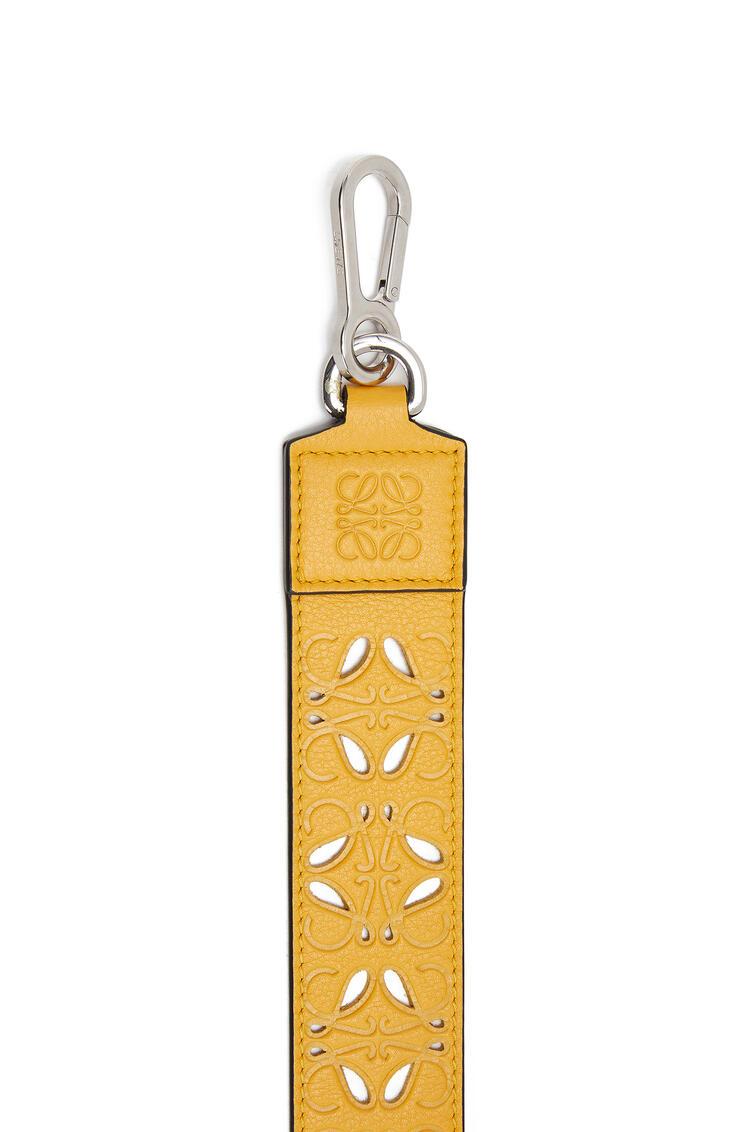 LOEWE Bandolera en piel de ternera clásica perforada Amarillo Mango pdp_rd