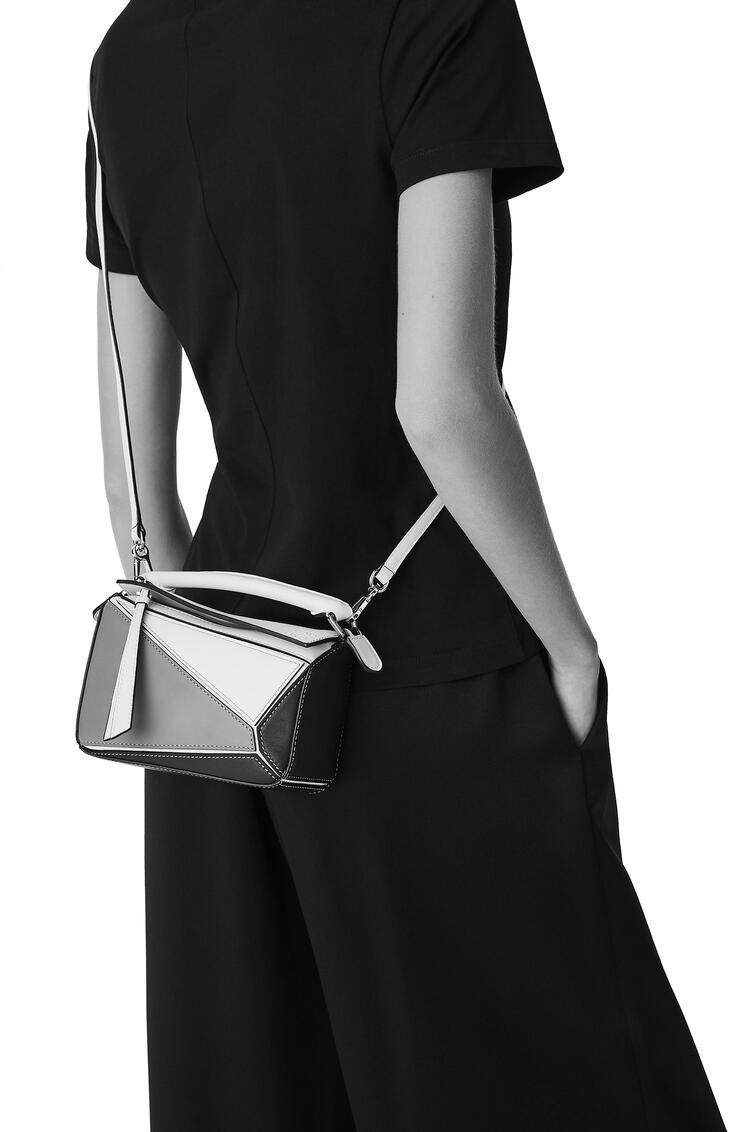 LOEWE Mini Puzzle bag in classic calfskin Ochre Green/Soft White pdp_rd