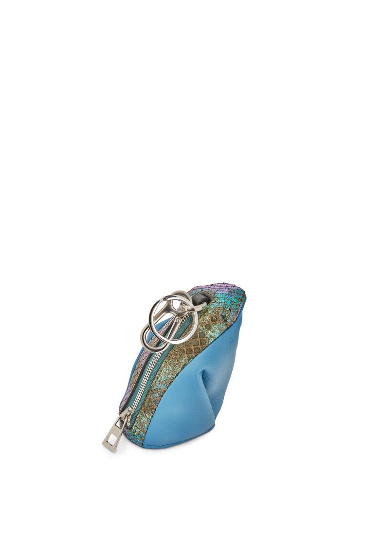 LOEWE Charm Frog en piel de ternera y serpiente Azul Empolvado pdp_rd