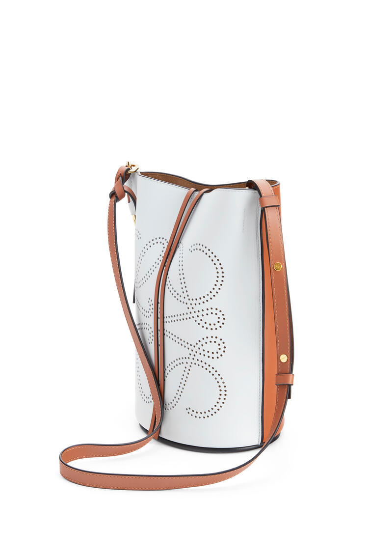 LOEWE Anagram Gate Bucket bag in natural calfskin Kaolin/Tan pdp_rd